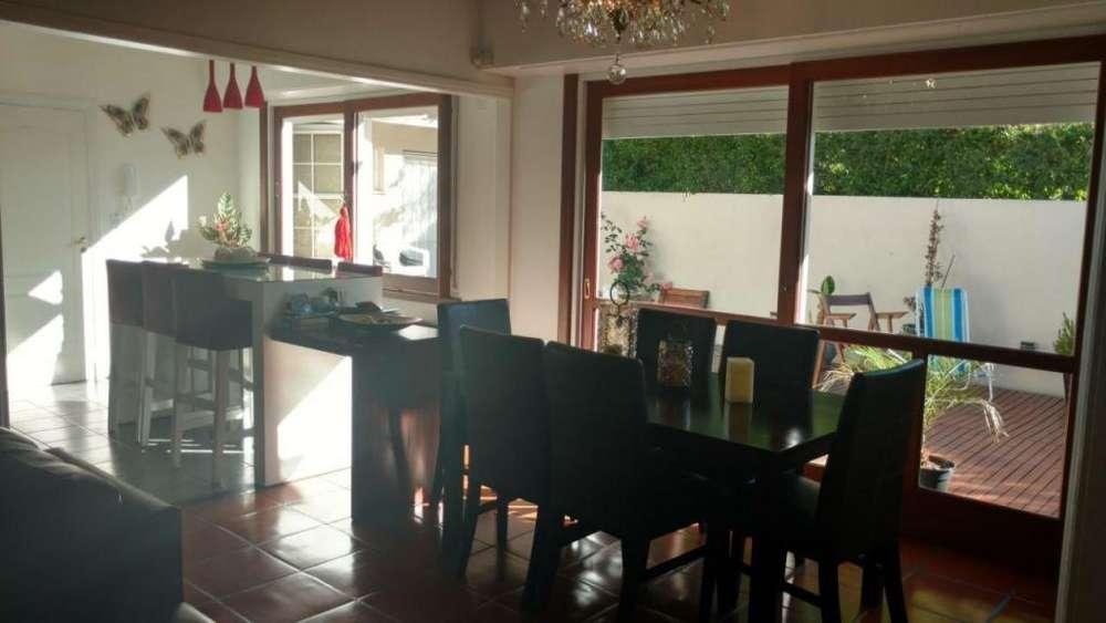 Chalet 4 ambientes con jardin y cochera en barrio Santa Monica en VENTA!