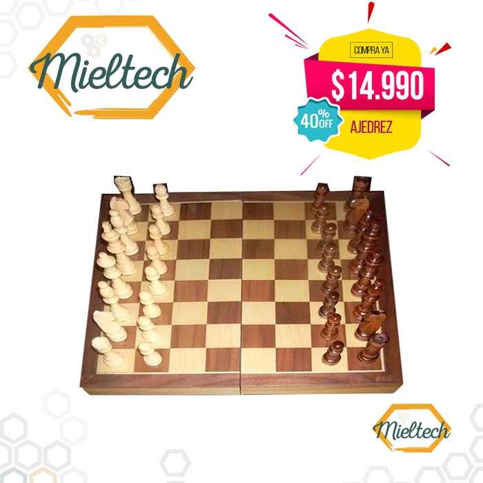 fichas y tablero en madera ajedrez