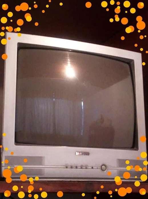vendo <strong>televisor</strong> de los antiguos de color negro en muy buen estado