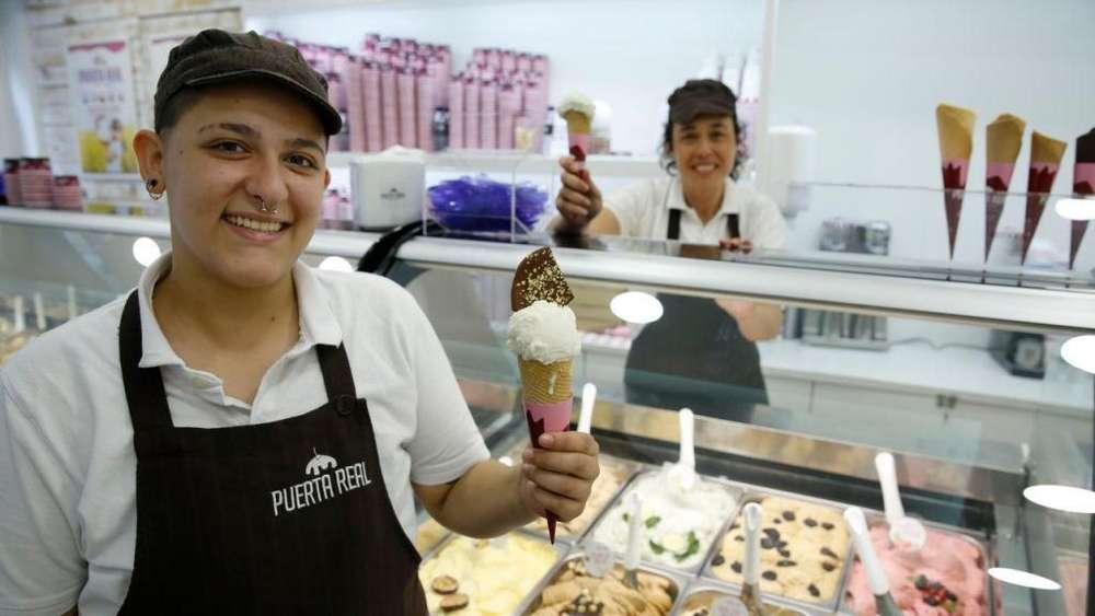 Persona para atención al cliente y venta de helados