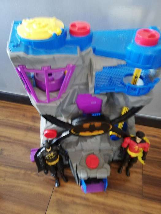 Baticueva con 2 Muñecos Batman Y Robin
