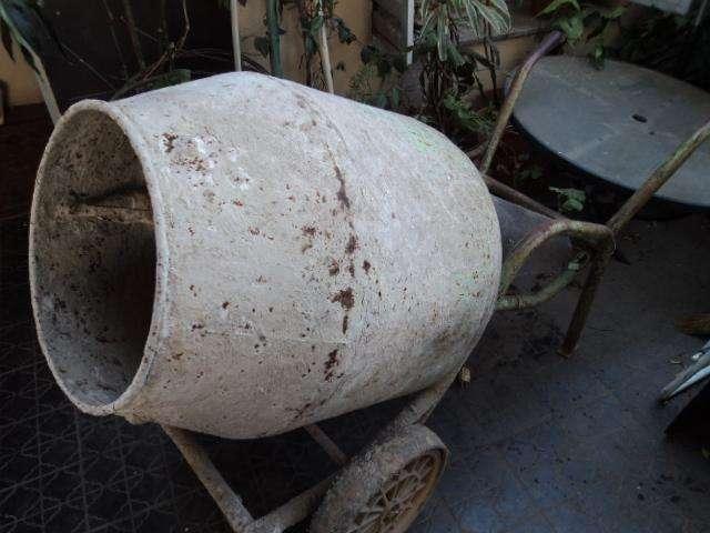 hormigonera antigua bien reforzada en funcionamiento