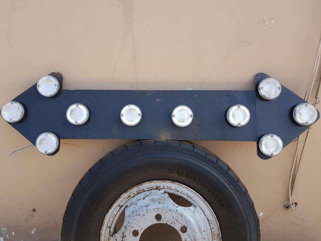 Baliza Flecha con Luces para Camión Grúa
