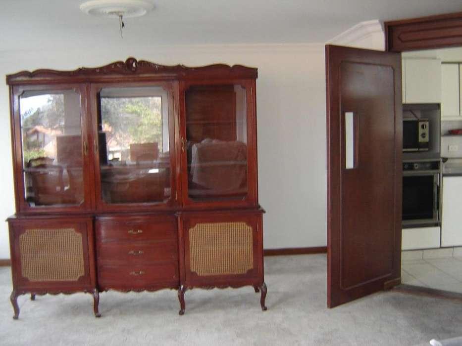 Preciosos muebles antiguos Bife con vitrina dos cuerpos