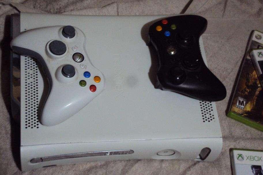 Xbox 360 con tres juegos