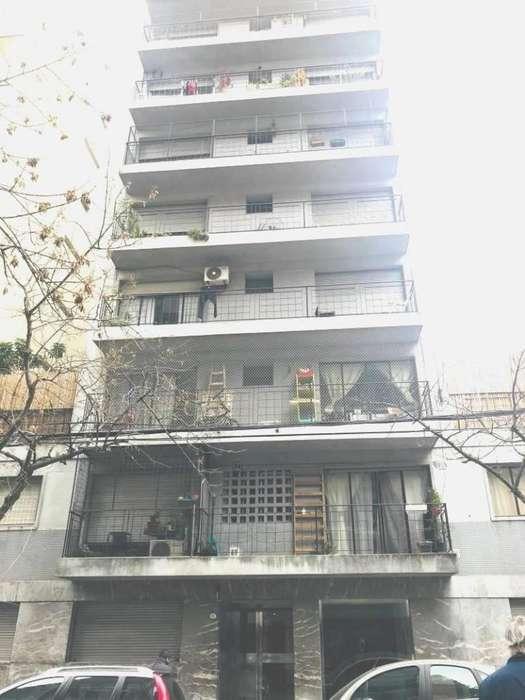 Departamento de 3 amb al frente c/ balcón y dependencia