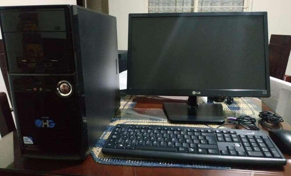 Computador de mesa más parlantes