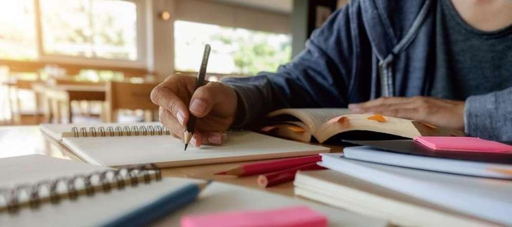 un profesor extranjero / ayuda con la tarea de inglés