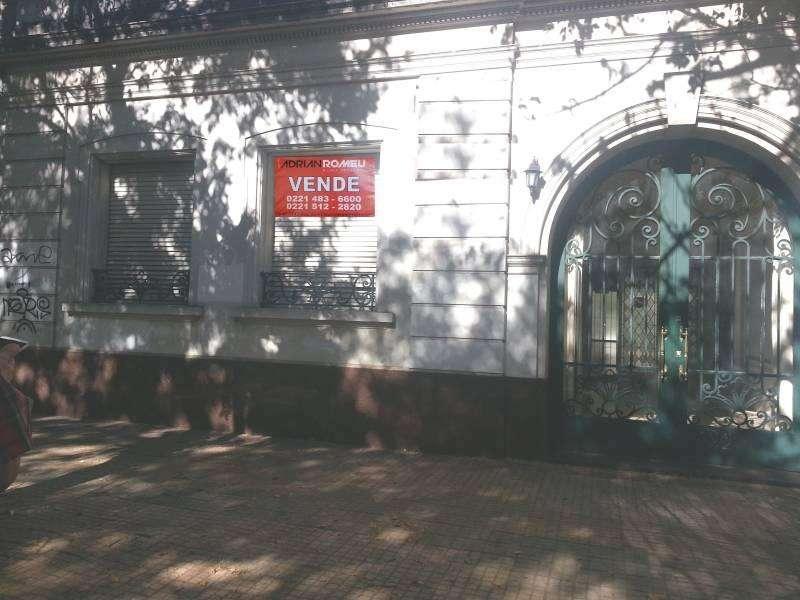 VENDO EN LA PLATA 8 e 60 y 61 EXCELENTE CASA (220 m2) CON ENTRADA IMPERIAL 3 DORM