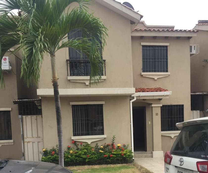 Venta casa de 2 plantas Urb. San Antonio, 3 dormitorios