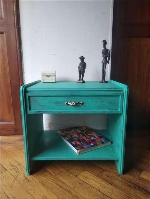 Mesa de noche / nochero. Estilo Vintage / Antiguo. MADERA. Pintada a mano en técnica decapé.