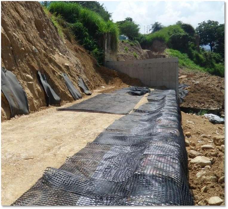 Muros en tierra armada, protecciones costeras, control de erosión, geotecnia y pavimentos.