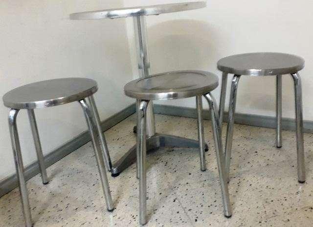 Mesa Metálica Alumino/Acero con (3) tres sillas metálicas en Acero