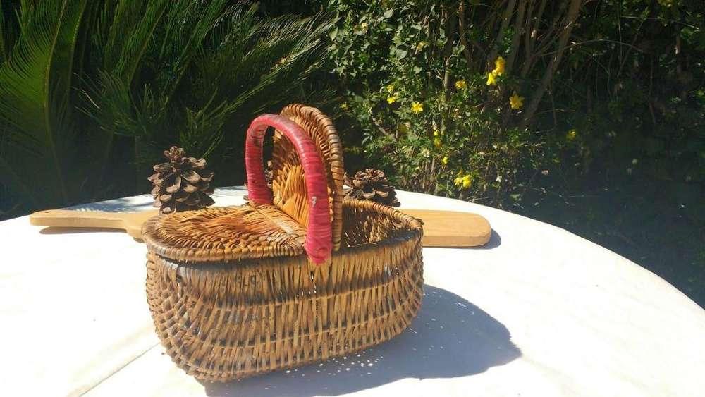 Canastita antigua de mimbre con tapas