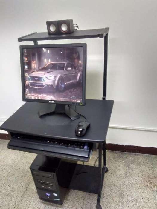 Ccomputador con su mesa