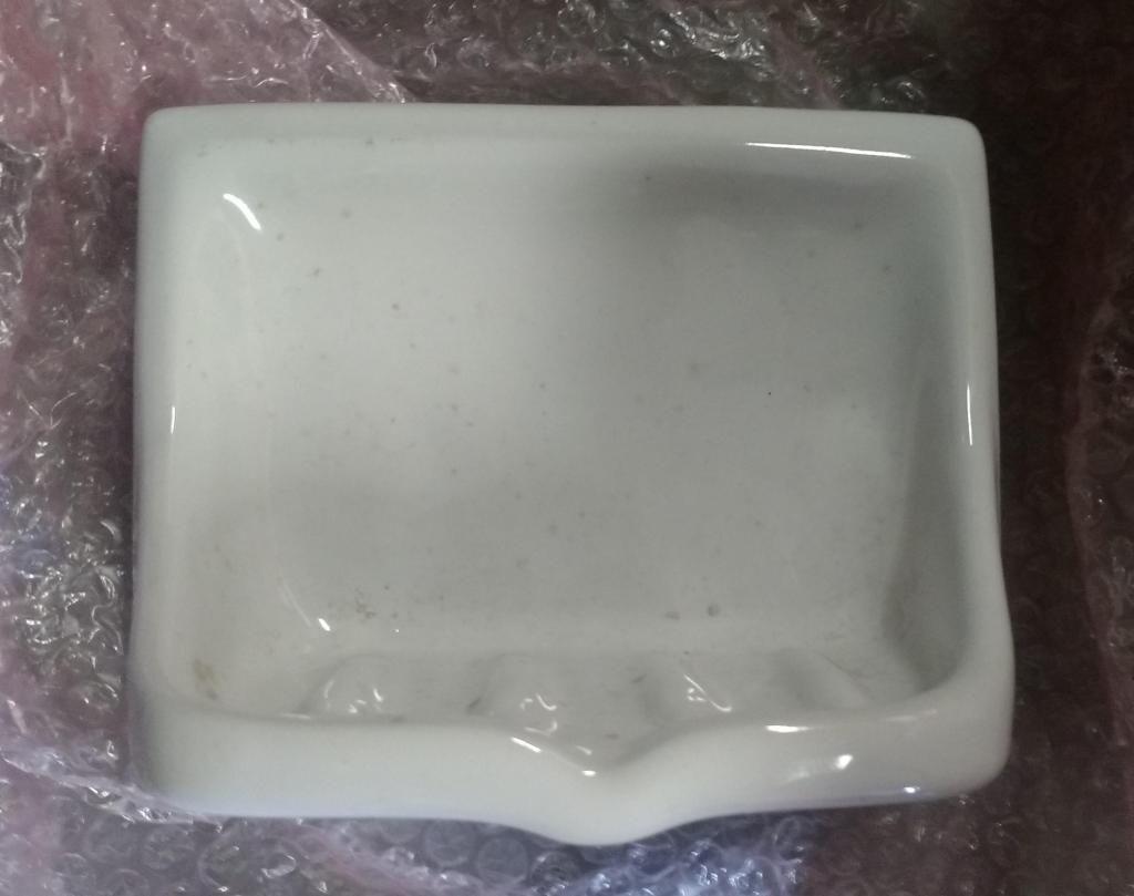 Hermoso económico Kit de Accesorios en porcelana del mismo tono blanco: 1 Jabonera, 1 Gancho Perchero, 1 Porta Rollo