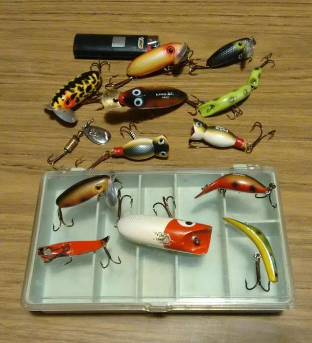 Caja con 13 señuelos para pesca variada de río