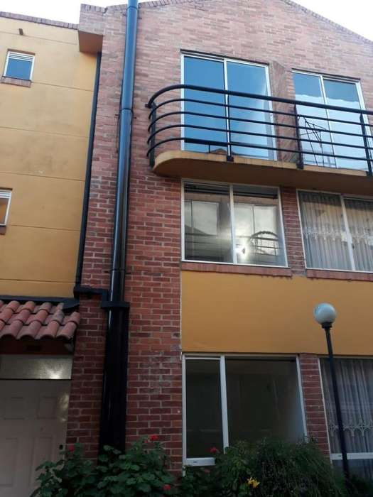 Casa de tres pisos en venta