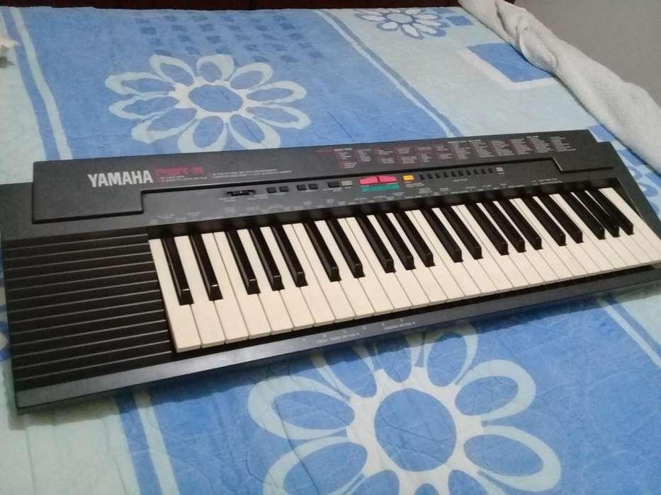 Piano Yamaha PSR-3 con accesorios