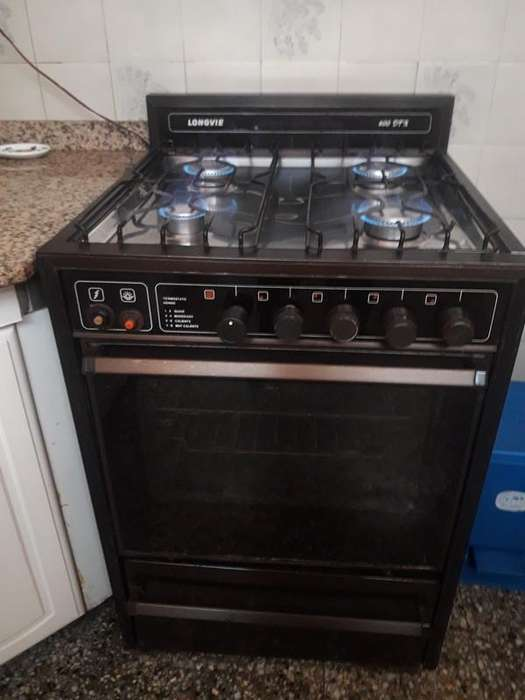 <strong>cocina</strong> con 4 hornallas, horno y parrilla con encendido electrónico.
