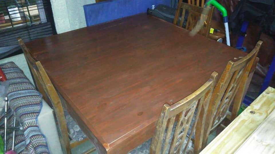 vendo mesa de 1.20 x 1.20 y seis sillas tapizadas, o permuto por aparatos de gym