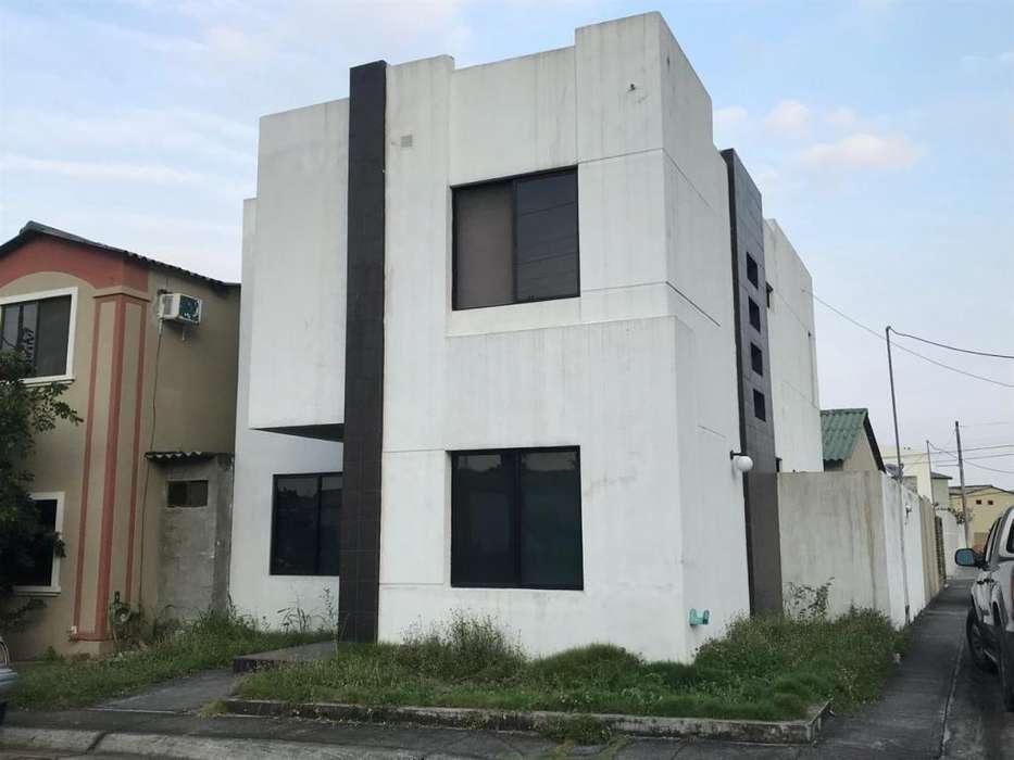 Venta casa esquinera 2 plantas, en Urb. La Joya cerca al Gimnasio Taurus
