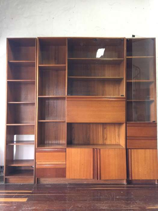 Biblioteca de madera con puertas de vidrio