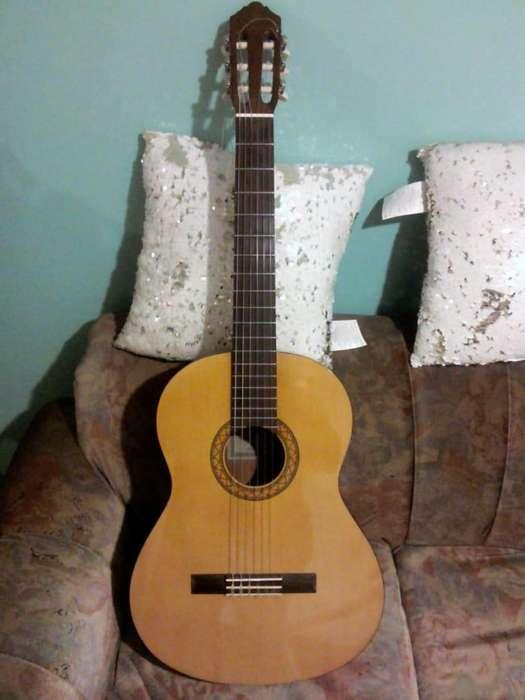 Guitarra Yamaha C40 incluye estuche, afinador, cuerda mi(1).