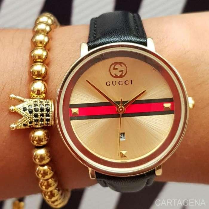 Reloj Gucci color dorado con el pulso en color negro para mujer
