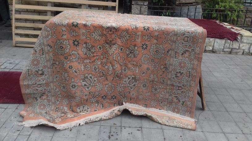 VENDO antigua <strong>alfombra</strong> NARANJA, FLOREADA, CON FLECOS. Se encuentra en estado regular