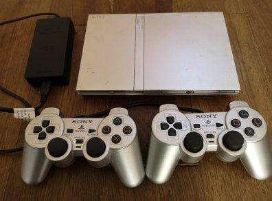 Vendo PlayStation2 Slim Chipeado color Plateado,doy con juegos y accesorios originales