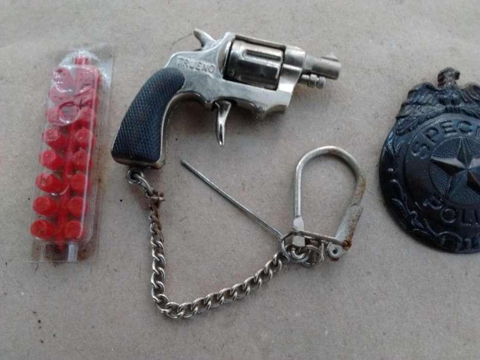 Llavero revolver dispara cebitas