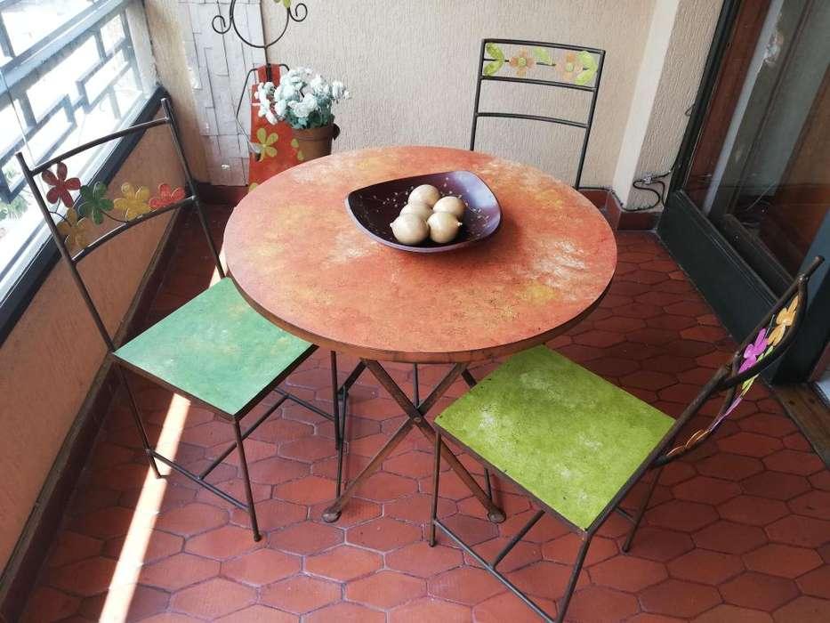 Mesa en latón 3 sillas y matera muñeca