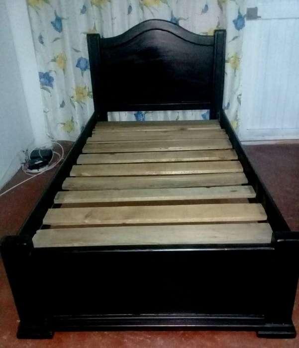 Bonita cama en madera con tentido de <strong>tablas</strong>