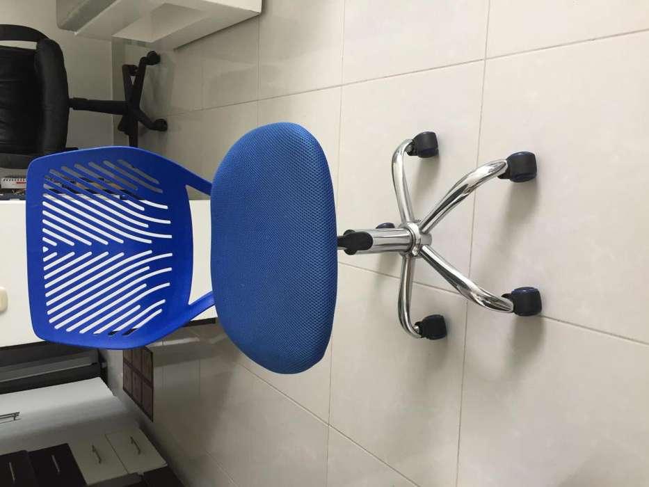 silla con ruedas de color azul para niño