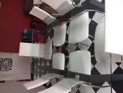 Mesa de hierro negro y vidrio templado con 8 sillas de ecocuero y patas cromadas