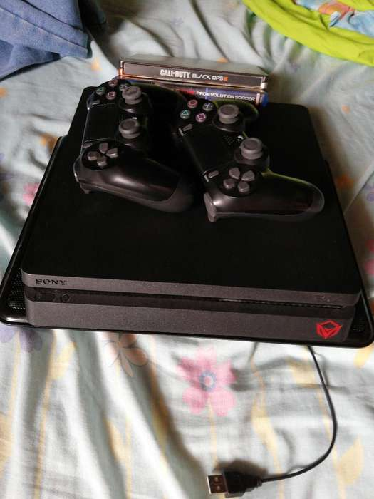 Vendo Ps4 con 2 Controles