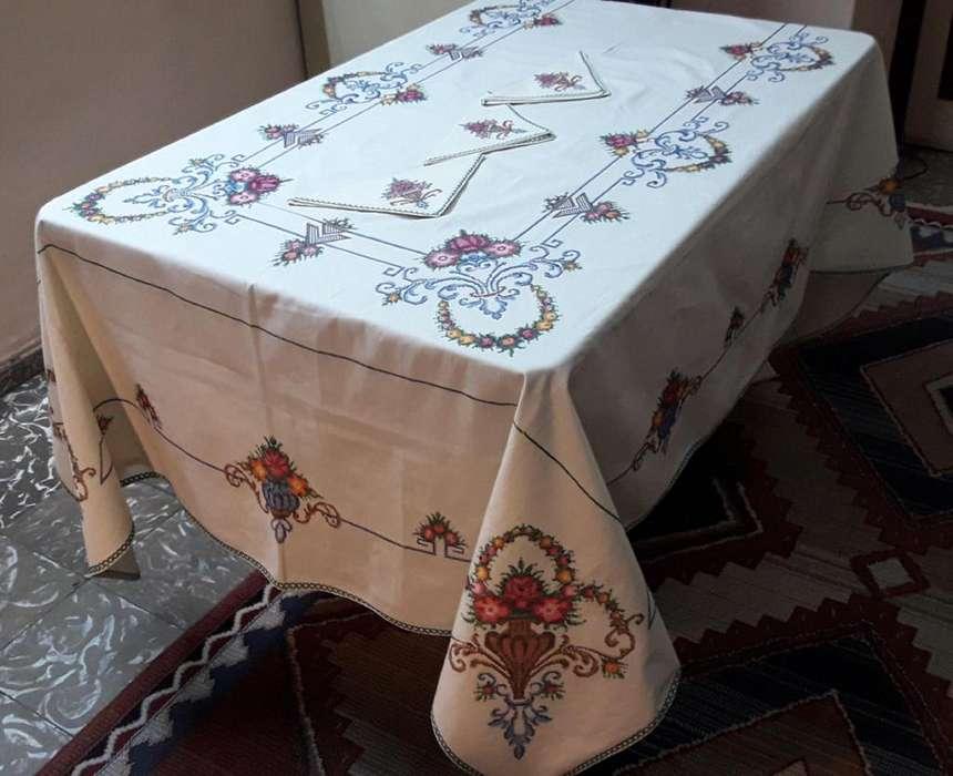 Mantel de hilo bordado a mano en punto cruz.