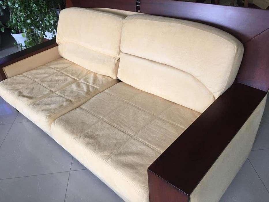 Sala de dos sofas con mesa de centro