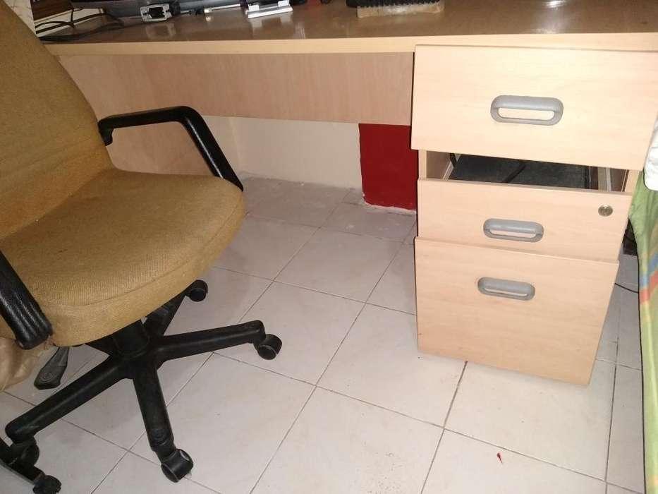 Vendo <strong>escritorio</strong> Buen Estado con Silla.