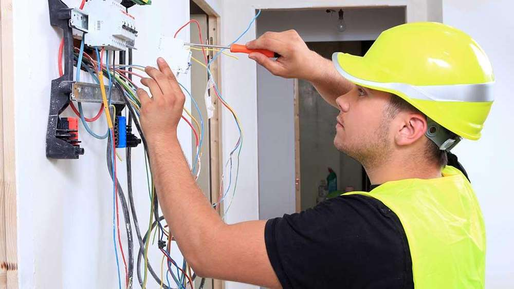 técnico electricista industrial egresado de Senati