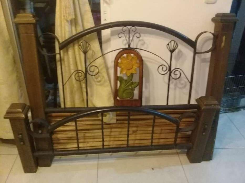 Hermosa cama hierro forjado y madera