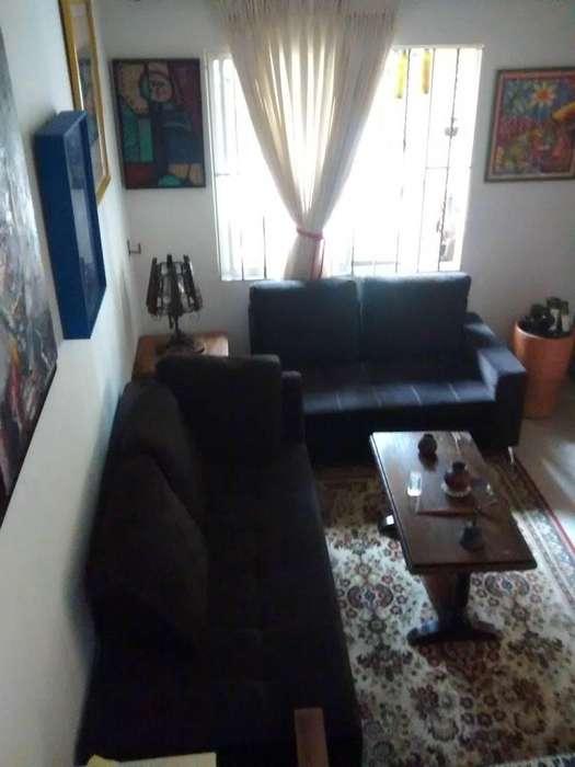 Juego de sala de dos sofás forrados en paño marrón en perfecto estado, para dos y tres personas