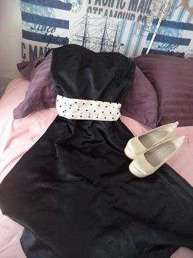Vestido de raso negro mate con lazo estilo chalette. Importado.