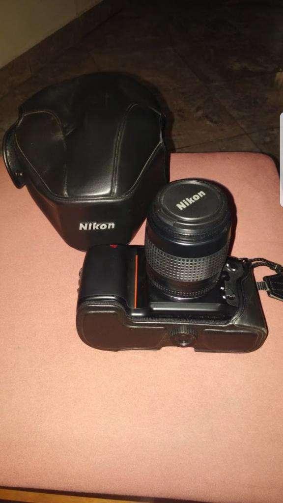Camara Nikon con Estuche Original Nikon,