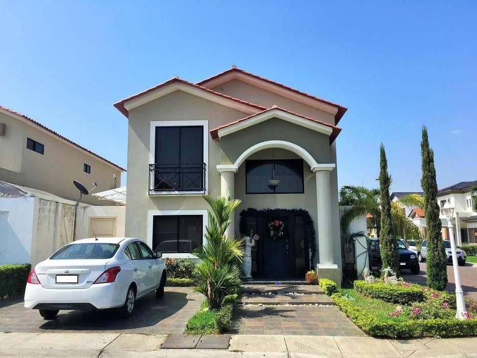 En Venta - <strong>ciudad</strong> Celeste, Samborondón: Casa Amplia y Confortable de 4 Dormitorios