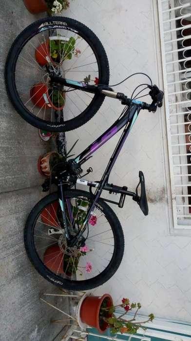 Bicicleta de Mujer semi nueva GT montañera y mixta suspensión y frenos hidráulicos