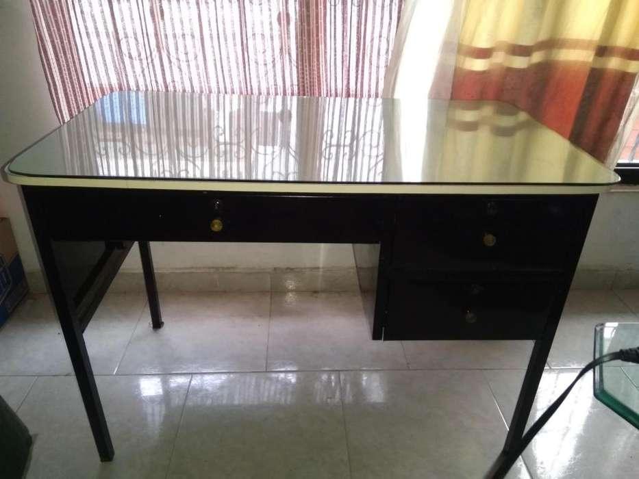 Vendo <strong>escritorio</strong> metalico en excelente estado 170.000