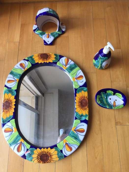 Espejo mexicano, lámpara y accesorios para baño