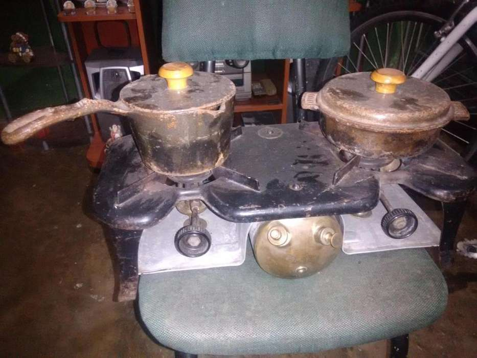 Estufa antigua de coleccion con dos ollas coronas inf al 3166571792